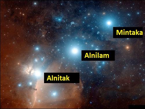 Orionin vyön tähdet Mintaka, Alnilam ja Alnitak.