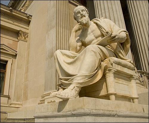 Historioitsija Herodotoksen patsas.
