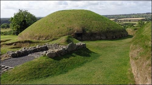 Knowth-käytävähauta Irlannissa.