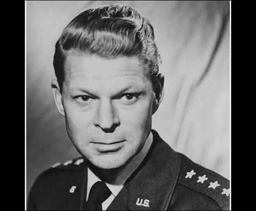Kenraali Lauris Norstad mainitaan kirjassa Roswellin avaruusolennon haastattelu sivulla 130.