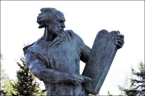 Kymmenen käskyn ilmoittaja profeetta Mooseksen parsas. Mooses mainitaan kirjassa Roswellin avaruusolennon haastattelu sivulla 68.