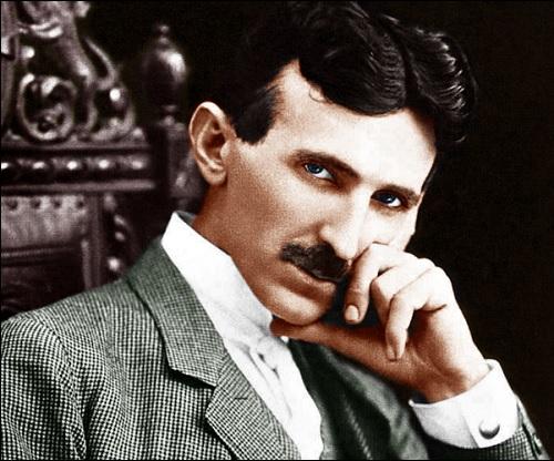 Fyysikko ja keksijä Nikola Tesla, joka mainitaan nimeltä kirjassa Roswellin avaruusolennon haastattelu. Tämä kuva on kirjan Roswellin avaruusolennon haastattelu kuvasivulta.