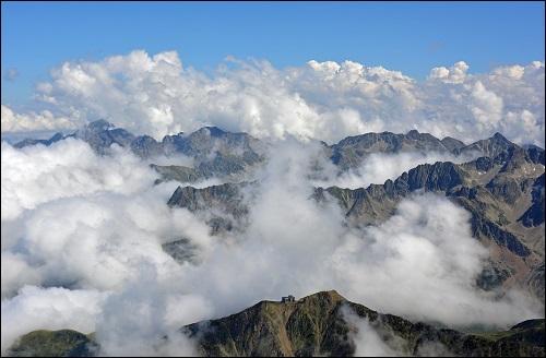 Pyreneiden poimuvuoristo Lounais-Euroopassa.