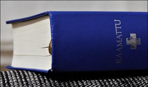 Raamattu. Kirjat nimeltä Raamattu ja Roswellin avaruusolennon haastattelu liittyvät toisiinsa, mutta miten?