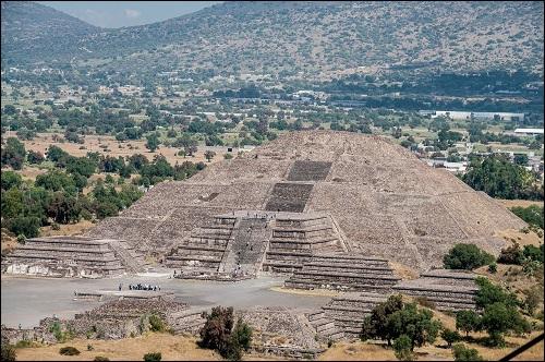 Muinaiskaupunki Teotihuacán ja Auringon ja Kuun pyramidit.