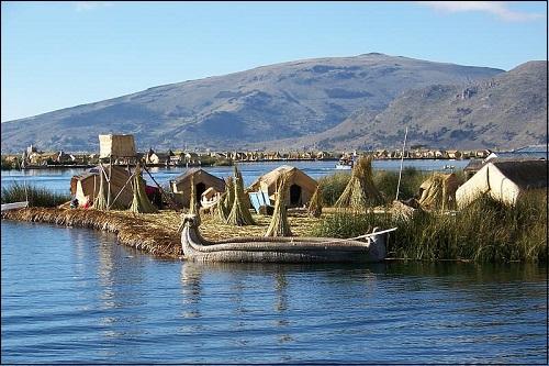 Titicaca-järvi Andien vuoristossa.