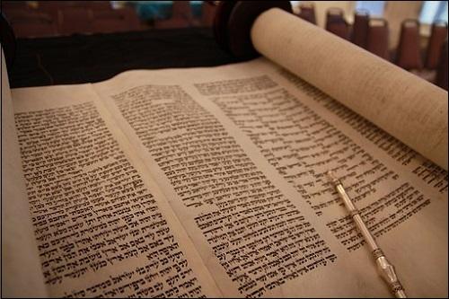 Heprealaisen Raamatun eli Tanakin ensimmäinen osa Toora.
