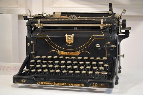 Vanha Underwood -merkkinen kirjoituskone.