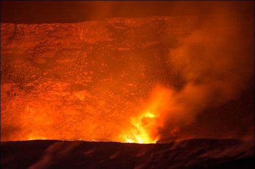 Laavaa eli sulaa kivimassaa eli magmaa.