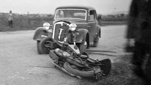 Vanha moottoripyöräonnettomuus.