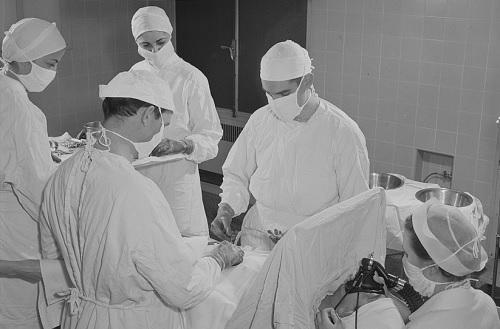 1940-luvun sairaanhoitoa. Lääkäreitä ja sairaanhoitajia.